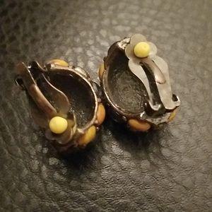 Jewelry - VTG clip on earrings
